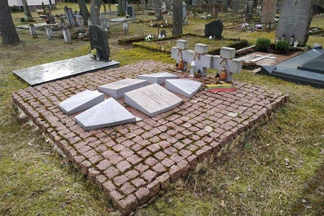 Могила неизвестных партизан (трое неопознанных партизан взвода Стунджа-Скраюнас погибли в деревне Мишкинишке 28 декабря 1944 г.)